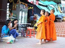 仏教が日常と密接に関わるタイ人が欠かさない功徳とは