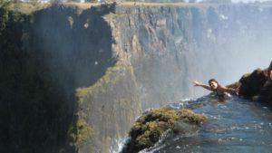 滝ギリギリのところで泳ぐことができます♡