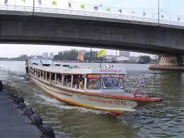 バンコクの川を船で移動