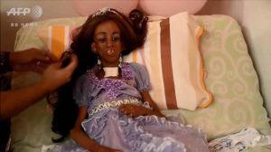 ウィッグを被り、ティアラを着けて、お姫様に変身♡