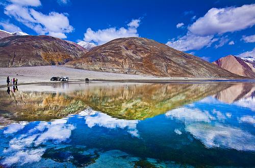 まるで天空の鏡!インド「パンゴン湖」の魅力とは