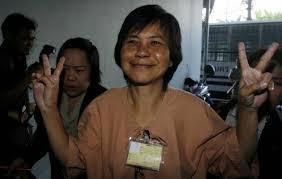 「2006年の軍事クーデターの背後にいたのはタイ国王だ」と王室批判し、それによって不敬罪で懲役15年を言い渡されていた「魚雷のダ―姉さん」