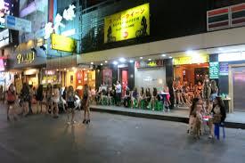 タニヤ通りには観光客や客引きの女性も戻ってきています