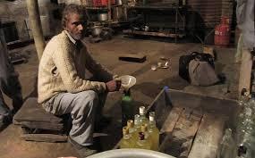インドで密造酒を飲んで死亡