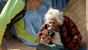 ネパールの高齢女性、健康長寿の秘訣はタバコ