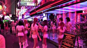 タイバンコクの売春歓楽街ゴーゴーバーで撮影する日本ドラマ