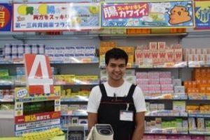 日本でアルバイトする勤勉な外国人労働者